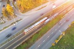 Δημόσιες συγκοινωνίες στην οδό πόλεων Εναέρια άποψη τραμ που κινείται γρήγορα μεταξύ των δρόμων αυτοκινήτων στην οδό πόλεων Μεγάλ στοκ φωτογραφία