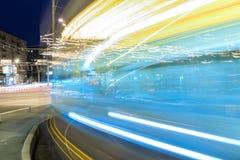 Δημόσιες συγκοινωνίες στη μητρόπολη, την κυκλοφορία και τα μουτζουρωμένα φω'τα τη νύχτα, Μόσχα στοκ εικόνα με δικαίωμα ελεύθερης χρήσης