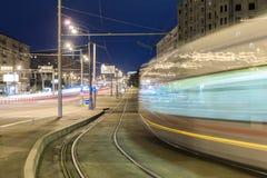 Δημόσιες συγκοινωνίες στη μητρόπολη, την κυκλοφορία και τα μουτζουρωμένα φω'τα τη νύχτα, Μόσχα στοκ φωτογραφία