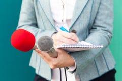 Δημόσιες σχέσεις - δημόσιες σχέσεις δημοσιογράφος απομονωμένο λευκό Τύπου μικροφώνων ανασκόπησης διάσκεψη Στοκ φωτογραφία με δικαίωμα ελεύθερης χρήσης
