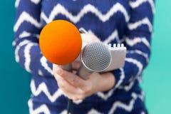 Δημόσιες σχέσεις - δημόσιες σχέσεις Διάσκεψη ειδήσεων δημοσιογράφων Στοκ φωτογραφία με δικαίωμα ελεύθερης χρήσης
