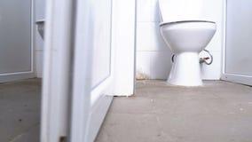 Δημόσιοι θαλαμίσκοι τουαλετών Οι κινήσεις καμερών ομαλά από κάτω από μεταξύ τις άσπρες καμπίνες της τουαλέτας φιλμ μικρού μήκους