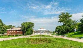 Δημόσιος κήπος με το κτήριο τσίρκων στο Ryazan, Ρωσία στοκ εικόνα