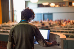 Δημόσιος ομιλητής που δίνει τη συζήτηση στην επιστημονική διάσκεψη Στοκ Φωτογραφίες