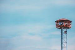Δημόσιος πύργος ομιλητών με δύο πουλιά που σκαρφαλώνει επάνω Στοκ φωτογραφία με δικαίωμα ελεύθερης χρήσης