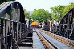 Δημόσιος ταϊλανδικός σιδηρόδρομος τραίνων στη γέφυρα Kwai ποταμών Στοκ Εικόνα