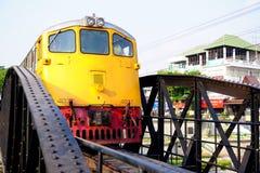 Δημόσιος ταϊλανδικός σιδηρόδρομος τραίνων στη γέφυρα Kwai ποταμών Στοκ Εικόνες