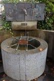 Δημόσιο ελεύθερο καθαρό πόσιμο νερό από την παλαιά στρόφιγγα σε Kitzbuhe Στοκ φωτογραφίες με δικαίωμα ελεύθερης χρήσης