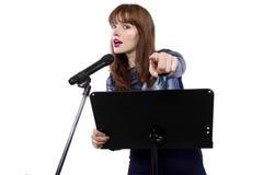 Δημόσιο μιλώντας θηλυκό που δείχνει στο θεατή Στοκ Φωτογραφία