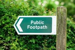 Δημόσιο σημάδι μονοπατιών, με το βέλος κατεύθυνσης Ενωμένο Kinghdom, Devon στοκ φωτογραφία