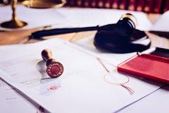 Δημόσιο stamper μετάλλων συμβολαιογράφων στη διαθήκη στοκ φωτογραφίες