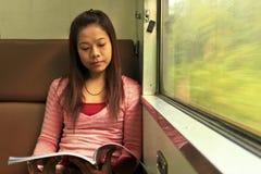 Διάβασε τα περιοδικά στο τραίνο στοκ εικόνες με δικαίωμα ελεύθερης χρήσης