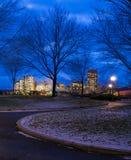 Διάβαση και πόλη τη νύχτα Στοκ φωτογραφία με δικαίωμα ελεύθερης χρήσης