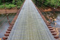 Διάβαση πεζών γεφυρών αναστολής στη ζούγκλα Στοκ φωτογραφία με δικαίωμα ελεύθερης χρήσης