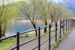 Διάβαση πεζών εκτός από τη λίμνη Kawaguchiko, Ιαπωνία Στοκ εικόνα με δικαίωμα ελεύθερης χρήσης
