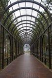 Διάβαση πεζών κάτω από μια ρομαντική σήραγγα Στοκ εικόνες με δικαίωμα ελεύθερης χρήσης