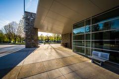 Διάβαση πεζών και σύγχρονα κτήρια στη Loyola University Μέρυλαντ, στο Β Στοκ εικόνες με δικαίωμα ελεύθερης χρήσης