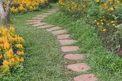διάβαση πεζών & λουλούδι στον κήπο η διάβαση μεταξύ στο πάρκο Στοκ Φωτογραφίες