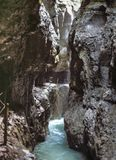 Διάβαση πεζών μέσω του φαραγγιού Partnachklamm το καλοκαίρι στοκ εικόνες με δικαίωμα ελεύθερης χρήσης