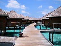 Διάβαση πεζών με τα μπανγκαλόου νερού και στις δύο πλευρές στις Μαλδίβες στοκ εικόνες με δικαίωμα ελεύθερης χρήσης
