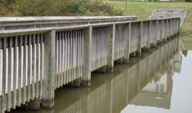 Διάβαση πεζών που χτίζεται ξύλινη πέρα από μια λίμνη νερού στοκ εικόνες με δικαίωμα ελεύθερης χρήσης