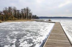 Διάβαση πεζών σε μια παγωμένη λίμνη στοκ εικόνα με δικαίωμα ελεύθερης χρήσης