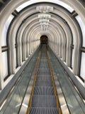 Διάβαση πεζών σηράγγων κυλιόμενων σκαλών στοκ φωτογραφίες