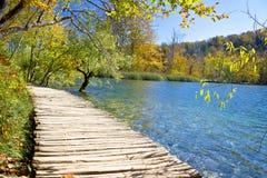 Διάβαση πεζών στον παράδεισο των λιμνών Plitvice Στοκ Εικόνες