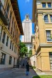 Διάβαση πεζών στον πύργο UT στο Πανεπιστήμιο του Τέξας Στοκ φωτογραφία με δικαίωμα ελεύθερης χρήσης