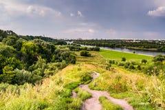 Διάβαση σε έναν λόφο με τα wildflowers Στοκ Εικόνα