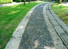 Διάβαση σε ένα ειρηνικό πράσινο πάρκο Στοκ Εικόνα