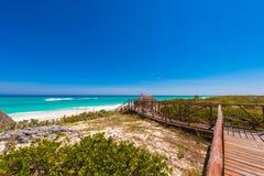 Διάβαση στον αμμώδη παράδεισο Playa παραλιών του νησιού Cayo βραδύτατου, Κούβα Διάστημα αντιγράφων για το κείμενο Στοκ εικόνες με δικαίωμα ελεύθερης χρήσης