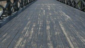 Διάβαση της παλαιάς ξύλινης γέφυρας απόθεμα βίντεο