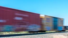 Διάβαση του τραίνου με boxcars θαμπάδων κινήσεων Στοκ Εικόνες