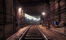 Διάβαση του τραίνου στη σήραγγα υπογείων Στοκ Φωτογραφία