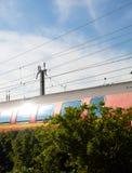 Διάβαση του τραίνου στο φως του ήλιου Στοκ εικόνα με δικαίωμα ελεύθερης χρήσης