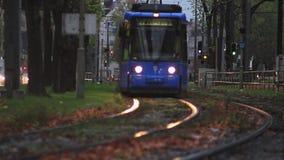 Διάβαση του τραμ σε μια πόλη απόθεμα βίντεο