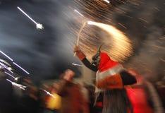 Διάβολος με τα πυροτεχνήματα που τρέχουν σε Correfoc sant Sebastian Στοκ Εικόνες