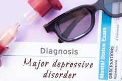 Διάγνωση σημαντικής καταθλιπτικής αναταραχής Η κλεψύδρα, γυαλιά γιατρών, διανοητικός διαγωνισμός θέσης είναι κοντά στην επιγραφή  στοκ φωτογραφία