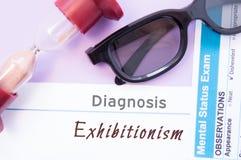 Διάγνωση Exhibitionism Η κλεψύδρα, γυαλιά γιατρών, διανοητικός διαγωνισμός θέσης είναι κοντά στην επιγραφή Exhibitionism Αιτίες,  στοκ εικόνες