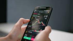 Διάγραμμα γραφικών παραστάσεων τιμών cryptocurrency Bitcoin στην κινητή τηλεφωνική οθόνη, μελλοντική έννοια πρόβλεψης τιμών crypt απόθεμα βίντεο