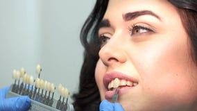 Διάγραμμα χρώματος δοντιών εκμετάλλευσης χεριών απόθεμα βίντεο