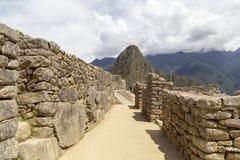 διάδρομοι Machu Picchu και του βουνού Huayna Picchu στο Περού, που βλέπουν από την πόρτα του ήλιου στοκ εικόνες