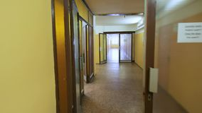 Διάδρομος με τους κίτρινους τοίχους φιλμ μικρού μήκους