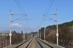 Διάδρομος ραγών ηλεκτροφόρων καλωδίων έλξης στενές διαδρομές σιδηροδρόμου γραμμών ημέρας δύο επάνω Στοκ Φωτογραφία