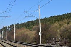 Διάδρομος ραγών ηλεκτροφόρων καλωδίων έλξης στενές διαδρομές σιδηροδρόμου γραμμών ημέρας δύο επάνω Στοκ εικόνα με δικαίωμα ελεύθερης χρήσης