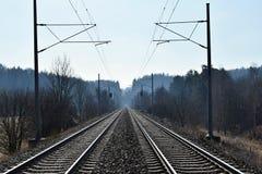 Διάδρομος ραγών ηλεκτροφόρων καλωδίων έλξης στενές διαδρομές σιδηροδρόμου γραμμών ημέρας δύο επάνω Στη σήραγγα απόστασης Στοκ Εικόνες