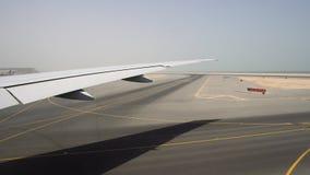 Διάδρομος στον καυτό ηλιόλουστο καιρό, άποψη μέσω του παραθύρου αεροσκαφών φιλμ μικρού μήκους