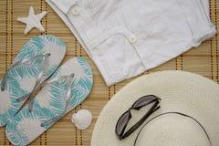 Διάθεση θερινών διακοπών - γυαλιά, καπέλο, πτώσεις κτυπήματος, σορτς Στοκ φωτογραφίες με δικαίωμα ελεύθερης χρήσης