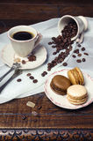 Διάθεση καφέ: φλιτζάνι του καφέ, φασόλια καφέ και πολύχρωμο macaro Στοκ εικόνες με δικαίωμα ελεύθερης χρήσης